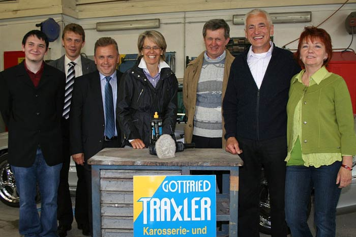 Im Bild von links: Oliver Traxler, Vizebürgermeister Herbert Auer, LAbg Franz Mold, LR Dr. Petra Bohuslav, Bürgermeister Franz Häusler, Gottfried und Waltraud Traxler