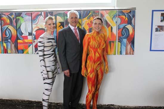 Gottfried Traxler mit zwei Damen mit Bodypainting